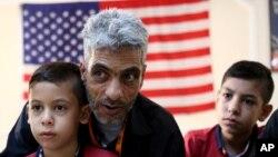 ندیم فوزی ۴۷ ساله ده هزارمین پناهجوی پذیرفته از سوی آمریکاست که روز دوشنبه به همراه خانواده وارد سان دیگو شد.