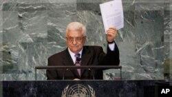 ທ່ານ Mahmoud Abbas ປະທານາທິບໍດີປາແລສໄຕນ໌ຍົກສານສະບັບນຶ່ງຕໍ່ກອງປະຊຸມ ສະມັດຊາໃຫຍ່ສະຫະ ປະຊາຊາດຫັລງຈາກທ່ານໄດ້ຮຽກຮ້ອງຂໍເປັນປະເທດສະມາຊິກໂດຍເຕັມຂອງສະຫະປະຊາຊາດ. ວັນທີ 26 ກັນຍາ 2011