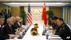 美国国防部长盖茨(左二)与中国国防部长粱光烈6月3日在新加坡亚洲安全会议上举行会谈