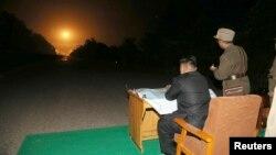 Ông Kim Jong Un thị sát một cuộc thử nghiệm.