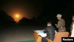 Le leader nord-coréen Kim Jong-Un assiste à un exercice tactique de tir de roquettes des unités de la Force stratégique de l'Armée populaire coréenne (KPA) dans le secteur ouest du front, à Pyongyang, le 10 juillet 2014.