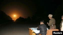 Pemimpin Korea Utara Kim Jong-un memberikan panduan lapangan selama latihan penembakan roket taktis yang dilakukan oleh satuan Angkatan Udara Rakyat Korea (KPA) di sektor barat di depan dalam foto yang dirilis oleh Kantor Berita Pusat Korea Korea Utara (KCNA ) di Pyongyang, 10 Juli 2014. (Foto: dok).