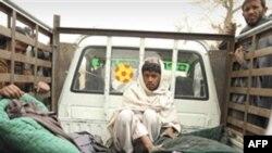 Čovek u kamionu pored tela nekoliko žrtava navodno stradalih u napadu američkog vojnika u avganistanskoj pokrajini Kandahar