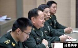 2017年12月7日,中共中央军委副主席张又侠和装备发展部部长李尚福(右二)在克里姆林宫(维基共享 - 俄罗斯联邦总统网站照片)。李尚福成为首位遭外国制裁的中共将领。