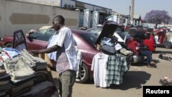 FILE - Hawkers sell goods on the streets of Zimbabwe's capital Harare, Sept.17, 2015. Zimbabwe's economy ends 2015 with predictions that prices will continue falling in the new year.