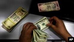 Meski mata uang rupee jatuh, Perdana Menteri India Manmohan Singh mengatakan bahwa negara-negara ekonomi baru sekarang memiliki kelengkapan yang lebih baik sehingga tidak akan jatuh pada krisis moneter seperti pada 1990an. (Foto: Dok)