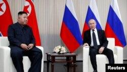Presiden Rusia Vladimir Putin (kanan) bersama Pemimpin Korea Utara Kim Jong-un di Pulau Russky di Vladivostok, Rusia, 25 April 2019.
