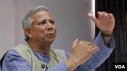 Pemenang Hadiah Nobel Mohammad Yunus yang memrotes pemecatannya dari posisi Direktur Bank Grameen.