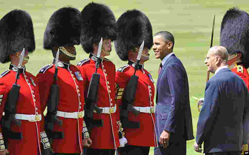 US President Barack Obama and Britain's Prince Philip, right, review the Honour Guard at Buckingham Palace in London, May 24, 2011.