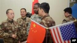 Một binh sĩ của Hoa Kỳ (giữa) đang trò chuyện với các binh sĩ Trung Quốc ở Thành Đô, 30/11/2012. (AP Photo/Peter Parks, Pool)