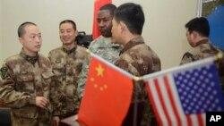30일 중국 청도에서 자연재난에 대응하는 합동군사훈련을 마무리한 미국군과 중국 인민해방군.