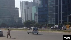 Usually choking with cars, this road leading to Gurgaon's major corporate towers was relatively empty Tuesday morning, Sept. 21, 2015. (VOA/ A. Pasricha)