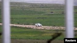 Автомобиль миротворческой миссии ООН следует по дороге вблизи деревни Аль-Джамлах, Голанские высоты, Сирия. 5 марта 2013 года