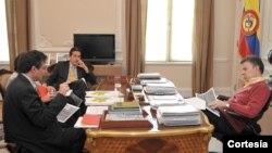 El Presidente Juan Manuel Santos se reunió este miércoles en su despacho con el Ministro de Salud, Alejandro Gaviria, para analizar la marcha del sector. [Foto: Presidencia de Colombia]