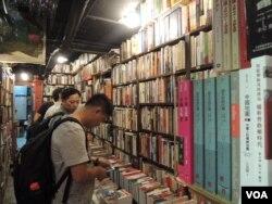 很多大陸旅客對香港售賣的大陸禁書深感興趣