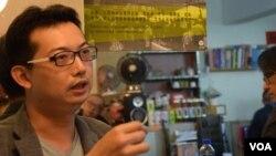 台灣作者陳奕廷表示,今日香港、明日台灣的問題,令他下決心寫《傘裡傘外》這本書。(美國之音湯惠芸拍攝)