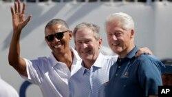 AQShning sobiq prezidentlari (chapdan) Barak Obama, Jorj Bush va Bill Klinton. Nyu-Jersi shtati, 28-sentabr, 2017.