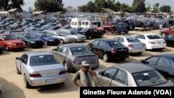 Un parc de vente de voitures d'occasion. (Ginette Fleure Adande/VOA)