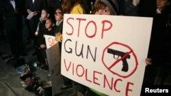 Sophie Bell, 9 tuổi cầm một tấm bảng với hàng chữ kêu gọi chấm dứt các vụ bạo hành bằng súng, trong một buổi cầu nguyện liên tôn giáo ở Los Angeles, California