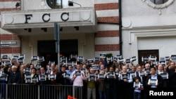 """1月8日,法国查理杂志的支持者手持""""我是查理""""的标语牌,在香港外国记者俱乐部外面举行静坐抗议。"""