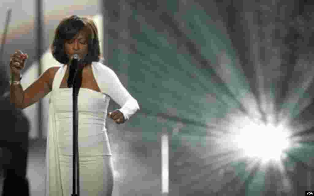 Whitney Houston, nació en la ciudad de Newark, en Nueva Jersey y falleció el sábado 11 de febrero en el Beverly Hilton Hotel.