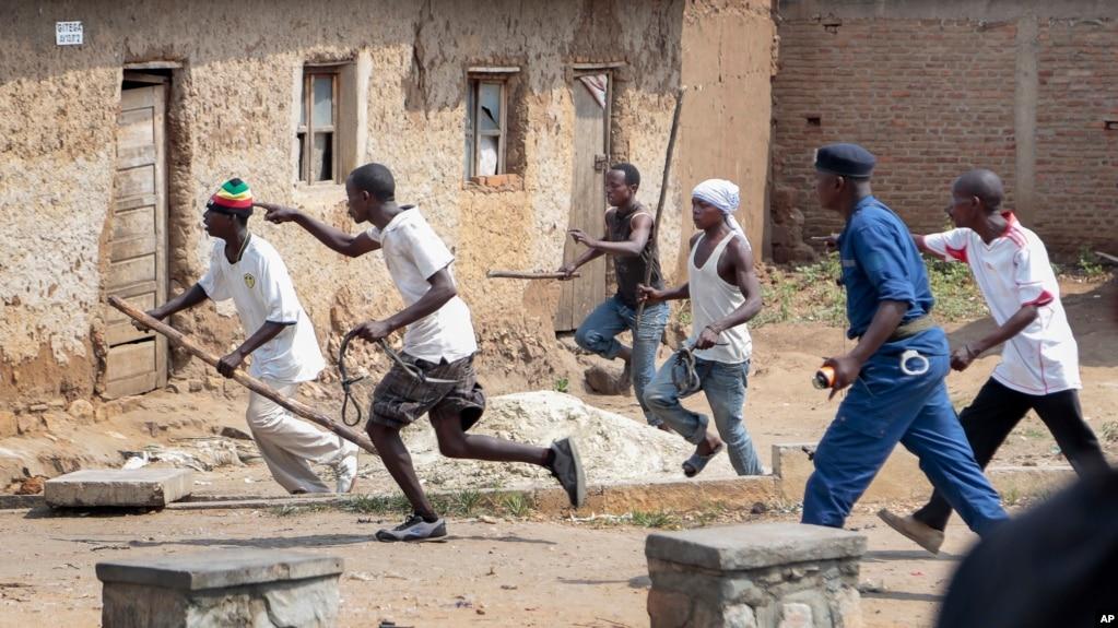 Des membres des Imbonerakure font fuir les manifestants de l'opposition à Kinama dans la capitale Bujumbura, au Burundi, le 25 mai 2015.