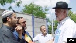 Rabin Michael Serfaty u razgovoru sa prijateljima, muslimanima
