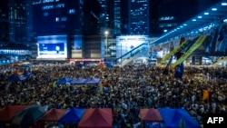 Người biểu tình ủng hộ dân chủ tụ họp trong khu Admiralty của Hong Kong sau khi chính phủ hủy bỏ cuộc đàm phán với sinh viên, 10/10/14