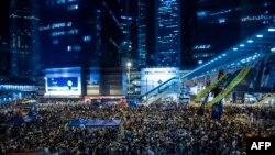 Demonstran berkumpul di kawasan Admiralty, Hong Kong, menyatakan kerisauan mereka karena pemerintah membatalkan pembicaraan dengan pemimpin protes (10/10/2014).