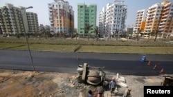 印度建筑工人在加尔各答市郊的一个住宅工地施工。(2018年1月28日)