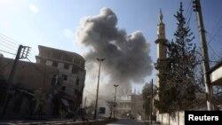 叙利亚东古塔地区星期三受到轰炸后升起硝烟