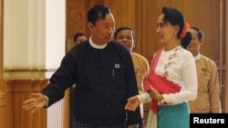 Shwe Mann, left, speaker of Myanmar's Union Parliament, greets National League for Democracy leader Aung San Suu Kyi before their meeting at the Lower House of Parliament, Naypyitaw, Nov. 19, 2015.