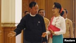 រូបឯកសារ៖ លោក Shwe Mann (ឆ្វេង) អ្នកតំណាងរាស្ត្ររបស់គណបក្សសហភាពសាមគ្គីភាព និងអភវិឌ្ឍន៍ ស្វាគមន៍លោកស្រី អង់សាន ស៊ូជី មេដឹកនាំគណបក្សសម្ព័ន្ធជាតិដើម្បីលទ្ធិប្រជាធិបតេយ្យ (NLD) មុនកិច្ចប្រជុំសភាជាន់ទាបនៅទីក្រុងណៃពិដោរ កាលពីថ្ងៃទី១៩ ខែវិច្ឆិកា ឆ្នាំ២០១៥។