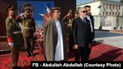 د افغانستان د حکومت اجرائیه رئیس ډاکټر عبدالله عبدالله (ښی) او سنېټر علم ایزدیار (گڅ)