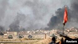 25일 이라크군과 이슬람 무장단체 ISIL의 교전이 진행중인 모술 외곽에서 포연이 피어오르고 있다.