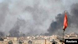 Khói bay lên từ các trận giao tranh giữa phiến quân IS và quân đội Iraq, ngoại ô thành phố Mosul, 25/02/2017.