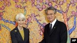 美國副國務卿謝爾曼(左)和南韓第一副外長星期二在首爾