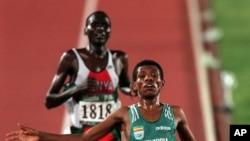Paul Tergat du Kenya poursuit l'Ethiopien Haile Gebreselassie sur la ligne d'arrivée de l'épreuve des 10.000 mètres aux Jeux olympiques d'été de 1996 à Atlanta, le lundi 29 Juillet, 1996.