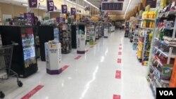 Dấu trên sàn siêu thị Giant để khách hàng đứng xếp hàng trả tiền, tại Rockville, Maryland.