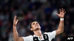L'attaquant portugais de la Juventus, Cristiano Ronaldo, réagit lors du match de football italien de Serie A entre la Juventus et Bologne, au stade Allianz de Turin, le 26 septembre 2018.
