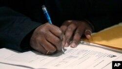 Una estadounidense llenando una solicitud de empleo en una feria de trabajo en Chicago.