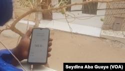 La radio est désormais plus écoutée sur les smartphones, comme ici à Dakar, Sénégal, le 13 février 2020. (VOA/Seydina Aba Gueye)