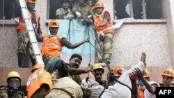 Nhân viên cứu hộ dùng dây để đưa những người trong bệnh viện đang bị cháy ra ngoài