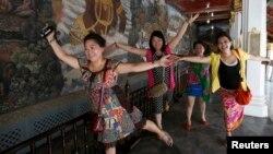 Du khách Trung Quốc tạo dáng chụp hình bên trong Grand Palace ở Bangkok, ngày 24 tháng 5 năm 2014.