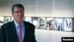 Menteri Pertahanan Amerika Ashton Carter saat mengunjungi Museum Peringatan Holocaust di Berlin, Jerman (22/6).