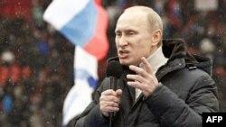 Володимир Путін виступає на мітингу у Москві на підтримку його кандидатури