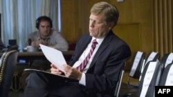Майкл Макфол на слушаниях в Сенате