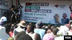 Omunye umculo obesemkhosi wokukhanga abatsha ukuthi babhalise amagama abo kugwalo lokuvota.