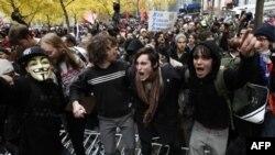 Người biểu tình 'Chiếm lĩnh phố Wall' hô khẩu hiệu và tràn qua hàng rào cảnh sát trong công viên Zuccotti ở New York