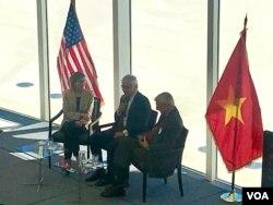 Cựu Bộ trưởng Quốc phòng Chuck Hagel (giữa) tại một phiên thảo luận hôm 26/3 ở Viện nghiên cứu Hòa bình Mỹ ở Washington, DC.
